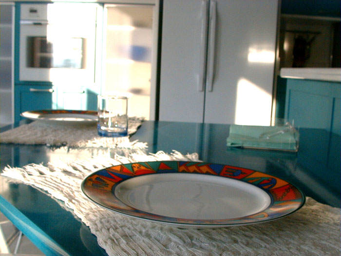 el set de barra americana para cocina disponible en duehome cuenta con una mesa y dos taburetes elaborados en melamina con estructura metallica de color