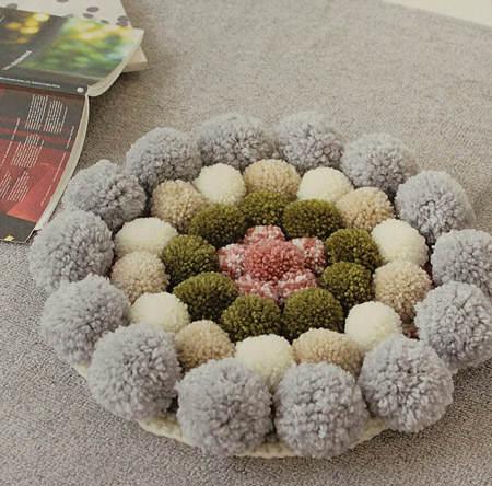 Es tendencia en decoraci n alfombras de pompones el - Cojines de bolitas ...