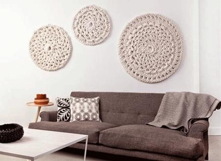 uno de los usos ms extendidos para decorar paredes con crochet es utilizar aros de bordado como marcos del tapete de ganchillo eso te permitir aprovechar - Decorar Paredes