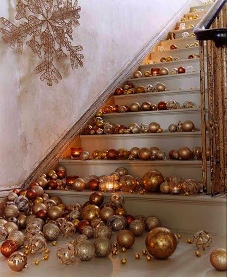 Una escalera decorada en bronce