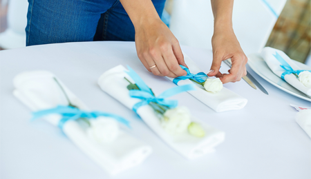 15 maneras decorativas de doblar servilletas de tela el for Decoracion de servilletas