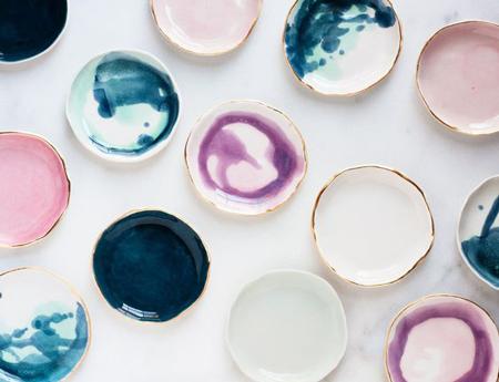 C mo colgar platos decorativos con gracia y estilo el for Platos de ceramica