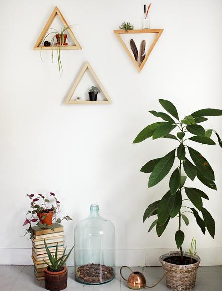 decorar-con-triangulos-estanteria-01