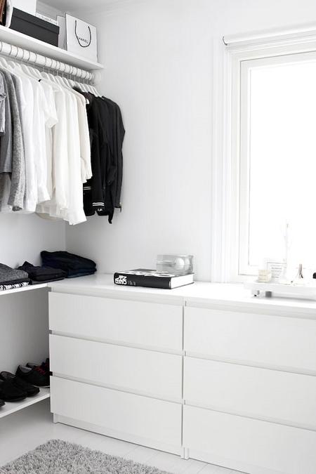 adoramos lo sencillo y la simplicidad los tonos bsicos y la luz por qu nuestro vestidor iba a ser menos muebles blancos una alfombra