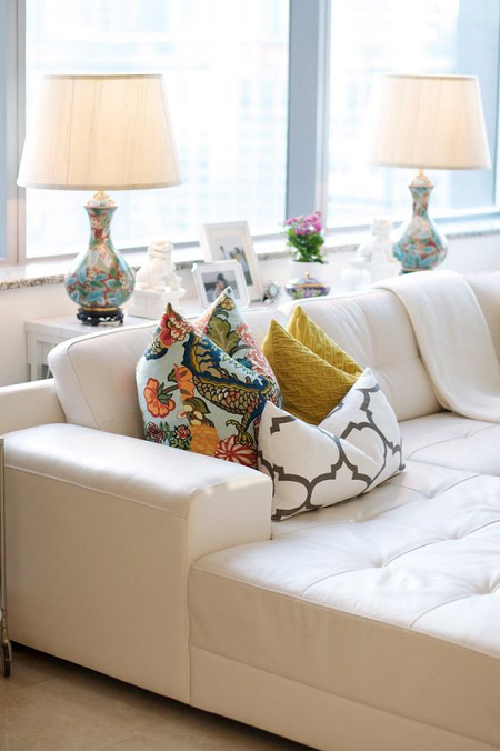 colocar cojines en el sofá